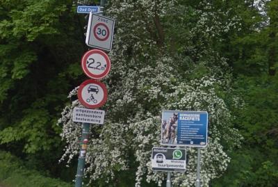 Als je je aan de gedragscode houdt van Oud Over (niet racen, niet inbreken, niet auto- en motorrijden en niet harder dan 30 km/u hardlopen of fietsen) ben je van harte welkom in deze idyllische buurtschap. :-) (© Google StreetView)