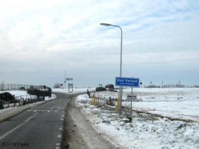 Buurtschap Oud Verlaat heeft blauwe plaatsnaamborden en heeft daarmee een 'bebouwde kom'.