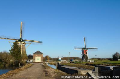 Oud-Zuilen, hier nog gebroederlijk tegenover elkaar: links de Westbroekse watermolen, de grootste molen van de provincie Utrecht en rechts de Buitenwegse Molen, de kléinste molen van de provincie Utrecht. Helaas is laatstgenoemde op 15-3-2016 afgebrand.