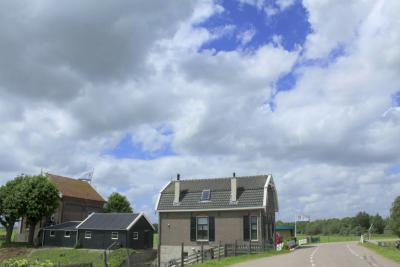 Het oude dieselgemaal De Ronde Hoep (links op de foto) naast het elektrische gemaal, is gerestaureerd en regelmatig te bezichtigen. Hij staat in buurtschap Waver en wordt daarom daar (https://www.plaatsengids.nl/waver) beschreven. (© Jan Dijkstra, Houten)