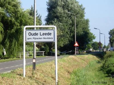 De buurtschap Oude Leede heeft witte plaatsnaamborden en ligt - dus - buiten de bebouwde kom.