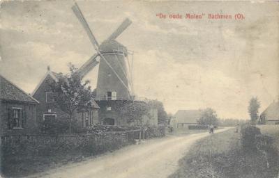 Dit soort bijschriften op oude ansichtkaarten (hier uit de jaren twintig) suggereren dat Oude Molen onder Bathmen valt. De buurtschap ligt weliswaar tegen Bathmen aan, maar viel en valt nog altijd onder het dorp Lettele, vanouds gem. Diepenveen.