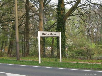 Buurtschap Oude Molen valt onder het dorp Lettele, vanouds gemeente Diepenveen, sinds 1999 gemeente Deventer.