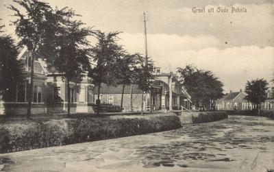 Oude Pekela en het Pekelderdiep op een ansichtkaart uit ca. 1910. Goed te zien is hoe sterk het water toen al vervuild was. Voor nadere toelichting hierop zie het hoofdstuk Geschiedenis.