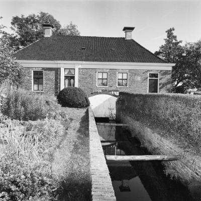 Oude Verlaat, het voormalige stoomgemaal en waterschapshuis, voorgevel met waterinlaat (© Rijksdienst voor het Cultureel Erfgoed)