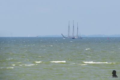 En soms vaart er een schip voorbij, zoals in dit geval een driemaster
