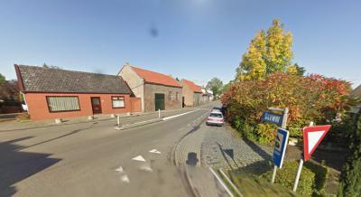 Zicht op het begin van een van de drie lintbebouwingen van buurtschap Oudemolen bij Fijnaart; het begin van de liefst ca. 5 km lange Stadsedijk. Heeft iemand enig idee wat dat mysterieuze bordje 'GLYNW' betekent? (dit hangt er nu niet meer) (© Google 2009
