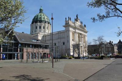 Oudenbosch is beroemd wegens de Basiliek van de Heilige Agatha en Barbara, die een (verkleinde) kopie is van de Sint Pieter in het Vaticaan. De basiliek behoort tot de top-100 van monumenten in Nederland. (© www.breda-en-alles-daaromheen.nl)