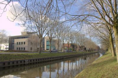 Tussen de oude, oorspronkelijke lintbebouwing van buurtschap Oudenrijn bevinden zich ook enkele moderne kantoorpanden van Bedrijventerrrein Oudenrijn, dat grotendeels Z van de lintbebouwing aan de Rijksstraatweg ligt. (© Jan Dijkstra, Houten)