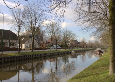 Buurtschap Oudenrijn, met op de voorgrond de Leidse Rijn, die is gegraven omdat de Oude Rijn in deze omgeving door sterke meandering en verzanding onbevaarbaar was geworden. (© Jan Dijkstra, Houten)