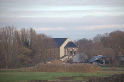 De Metaal Kathedraal in buurtschap Oudenrijn, gezien vanaf het nu nog onbebouwde deel van de polder. (© Jan Dijkstra, Houten)