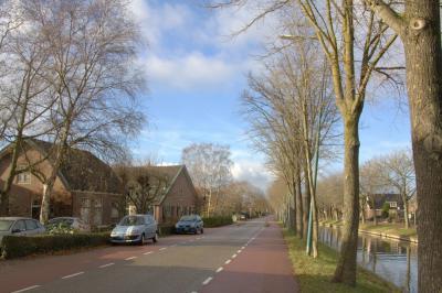 Buurtschap Oudenrijn ligt aan de Rijksstraatweg, met N daarlangs de Leidse Rijn (wat een gekanaliseerde versie is van de Oude Rijn, waar de buurtschap naar is genoemd). (© Jan Dijkstra, Houten)