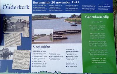 In 2013, t.g.v. het 750-jarig bestaan van Ouderkerk aan den IJssel, zijn twee informatiepanelen geplaatst aan de IJsseldijk-Noord, waaronder deze, die herinnert aan het dramatische busongeluk van 20-11-1941, waarbij 15 inwoners omkwamen.(© Hans van Embden
