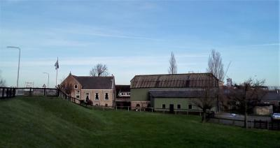 Het buurtje rond de huidige boerderij Den Dikken Boom in Ouderkerk aan den IJssel (IJsseldijk-Noord 123), genoemd naar een vroegrere steenfabriek ter plekke, staat in de volksmond bekend als gelijknamige buurtschap. (© Hans van Embden)