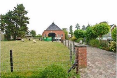 Oudeschip, het noordelijkste dorp van Nederland qua vasteland, omvat enkele bescheiden lintbebouwingen met overwegend burgerwoningen, en verder nog enkele tientallen boerderijen, waar dit er een van is. (© Jan Dijkstra, Houten)