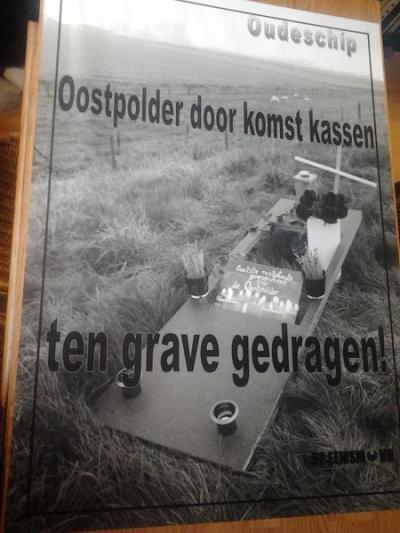 De inwoners van Oudeschip protesteren in oktober 2012 met 'rouwvlaggen' in het dorp en dit protestbord tegen de beoogde glastuinbouw in de Oostpolder. In 2013 zijn de plannen door de provincie afgeblazen.