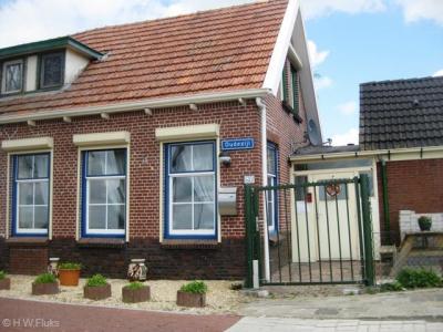 De buurtschap Oudezijl is ter plekke niet herkenbaar aan plaatsnaamborden, want die luiden Bad Nieuweschans, omdat de buurtschap tegenwoordig binnen de bebouwde kom van dat dorp ligt. Gelukkig is het nog wel herkenbaar aan de straatnaambordjes Oudezijl.