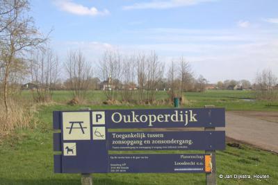 Bij de kleine recreatieplas in buurtschap Oukoop. Over het bord zien we Nieuwer Ter Aa door de bomen.