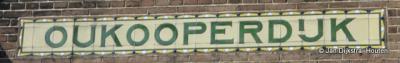 Het fraaie opschrift 'Oukooperdijk' op de vroegere wachterswoning verkeert nog in prima staat