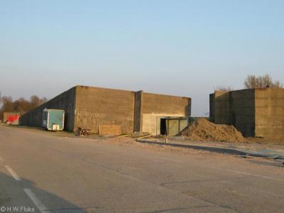 Ouwerkerk, de caissons waarmee het Watersnoodmuseum in 2009 is uitgebreid. Op de foto, anno voorjaar 2009, zijn de caissons nog in verbouwing.