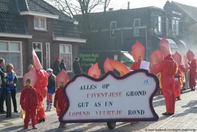En natuurlijk doet buurtschap Oventje/Uiventje met carnaval ook mee aan de Zellandse (= Zeelandse) optocht. Op de foto de creatie van de optocht 2015, waarbij de deelnemers als een 'lopend vuurtje' verkleed waren.