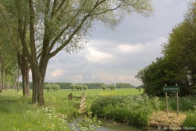 Aan de Z kant van buurtschap Overboeicop ligt het 23 ha grote natuurgebied Over-Heicop. Ook hier lopen mooie wandelroutes doorheen.