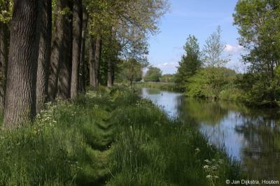 Als je van wandelen en weidevogels houdt, kunnen we je aanbevelen om vanaf Schoonrewoerd over dit smalle graspad langs het riviertje de Huibert langs buurtschap Overheicop naar de Hoekmolen in Hei- en Boeicop te wandelen, en over het fietspad weer terug.