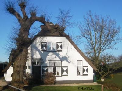 Door Overlangbroek moet je heel langzaam fietsen of wandelen, want het is een paradijsje waar veel oude monumentale panden te zien zijn, zoals hier boerderij Oude Dompselaer uit 1781 op nr. 24.