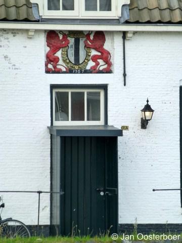 Overschie, het wapen van Delft boven de deur van het Veerhuis van Delft