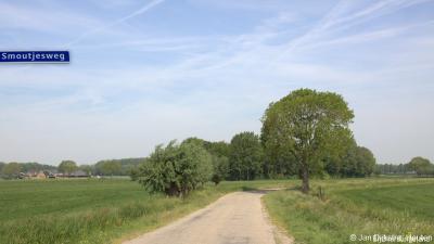 In het uiterste N van buurtschap Overslingeland loopt de Smoutjesweg, die met allerlei bochten uiteindelijk uitkomt in het uiterste W van buur-buurtschap Pinkeveer.