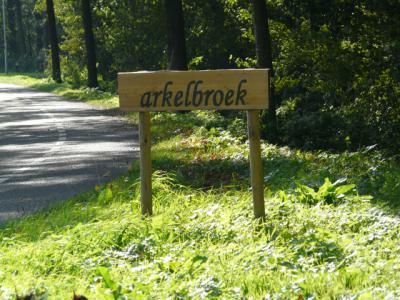 In 2015, of wellicht al eerder, verschijnen ineens fraaie plaatsnaamborden Arkelbroek in het buitengebied N van Achterveld. Als iemand hier meer over kan vertellen, houden wij ons aanbevolen. (© H.W. Fluks)