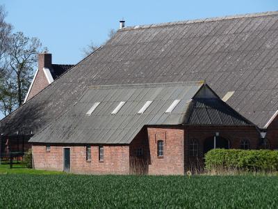 Van dit gebouwtje in Paaptil heeft de fotograaf de indruk dat het een voormalige woning is, die in de 19e eeuw is verbouwd tot 'hut' of bijschuur. In de vroegere voorgevel, nu achtergevel, zit een gevelsteen uit 1752. (© https://groninganus.wordpress.com)