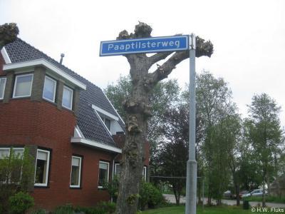 De buurtschap Paaptil heeft geen plaatsnaambordjes, zodat je slechts aan de straatnaamborden Paaptilsterweg, in combinatie met de ligging bij de ophaalbrug, kunt zien dat je er bent aangekomen.