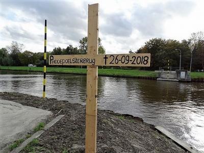 Op 26-9-2018 is een schip tegen de Paddepoelsterbrug gevaren. Op 26-9-2020 hebben omwonenden er een symbolisch grafkruis geplaatst, waarmee ze aandacht vragen voor het feit dat er op dat moment nog altijd geen perspectief op een nieuwe brug is.