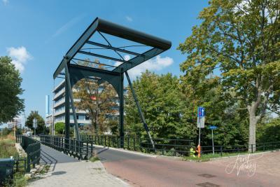 De huidige ophaalbrug over de Gantel in Papendrecht dateert uit 2013. De gemeente heeft laten onderzoeken of opknappen verantwoord was. Kennelijk is daaruit gekomen dat vernieuwing beter was. Gelukkig wel in de stijl van de oude brug. (© Joost Verweij)