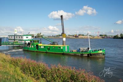 Bunkerstation Papendrecht meert bij schepen aan en voorziet ze zo op locatie van brandstof, smeermiddelen en andere scheepsbenodigdheden. Een soort SRV-man dus maar dan voor schepen. Handig! (© Joost Verweij)