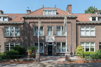 In 1992 is het middenstuk van de voormalige Marechausseekazerne uit 1920 aan de Veerdam herbestemd tot Museum Dorpsbehoud Papendrecht. Het linker- en rechterdeel zijn herbestemd tot woonhuizen. (© Joost Verweij / https://alblasserwaardfotograaf.nl)