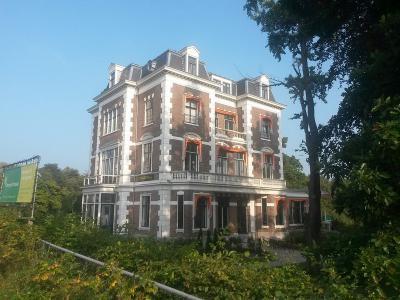 In 1925 laat eigenares Emalia Maria Dorrepaal een extra verdieping op Huize Leeuwenbergh plaatsen, en noemt het pand dan gelijk ook maar naar zichzelf: Villa Dorrepaal dus. (© Vera de Kok: https://commons.wikimedia.org/wiki/User:1Veertje)