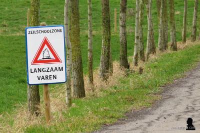 De kleine buurtschap Pean is vooral bekend van de gelijknamige zeilschool. Aan het begin van hun oprijlaan staat een bord dat je de 'zeilschoolzone' betreedt en verzoeken ze je langzaam te 'varen'. (© www.afanja.com)