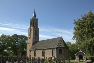 Peperga, de robuuste Peter Stuyvesant kerk met kerkhof