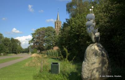 Peperga, monument ter herinnering aan de in dit dorp geboren Pieter Stuyvesant, met op de achtergrond de sinds 2008 naar deze beroemde kolonist genoemde kerk.