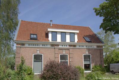 Peursum, het pand van de vroegere School met den Bijbel in deze buurtschap (Bovenkerkseweg 14) bestaat nog altijd. Het is nog als zodanig te herkennen aan het opschrift op de gevel.
