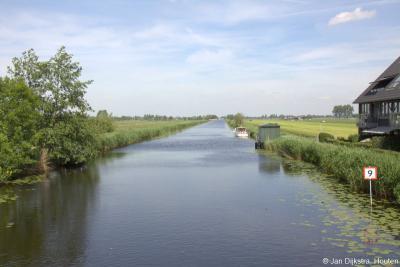 In het W van buurtschap Peursum loopt de kaarsrechte Peursumse Vliet, tussen de buurtschap in het Z en de N214 in het N.