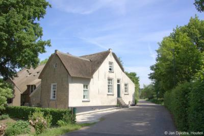 Peursum, rijksmonumentale, vermoedelijk 18e-eeuwse boerderij op Peursumseweg 95. Het riviertje de Giessen wilde vroeger nog weleens buiten zijn oevers treden, vandaar dat deze boerderij een 'vloeddeur' met trapje heeft.