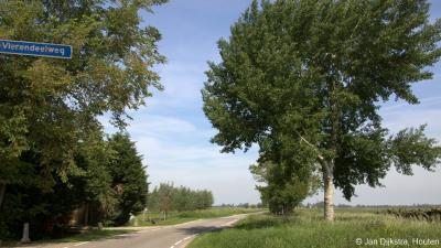 Aan de kilometerslange lintbebouwing van Peursum ligt maar één (onbebouwde) zijweg: de Vierendeelweg.