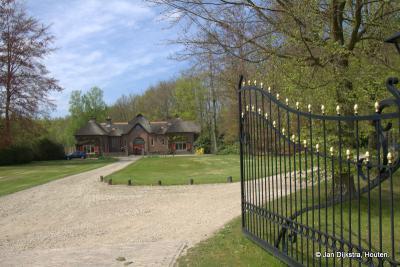Het mooi gelegen koetshuis van Huis Pijnenburg, gezien vanaf de Biltseweg