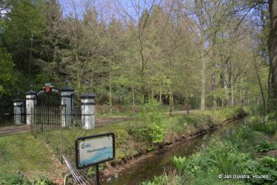 Het mooie watertje de Pijnenburgergrift dat onder de Wieksloterweg doorgaat