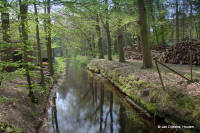 De Pijnenburgergrift ter hoogte van de Wieksloterweg. Vroeger viel dit gebied ook onder Landgoed Pijnenburg, tegenwoordig wordt dit Laag Hees genoemd.