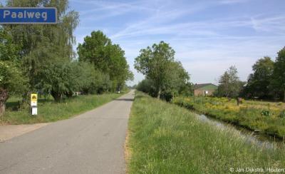 In het uiterste O van de lintbebouwing van buurtschap Pinkeveer loopt de kaarsrechte Paalweg naar het N.