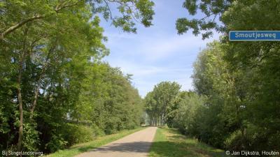 In het uiterste W van buurtschap Pinkeveer loopt de aanvankelijk kaarsrechte Smoutjesweg naar het N. Na een reeks bochten komt deze uit in het uiterste O van de NO gelegen buur-buurtschap Overslingeland.